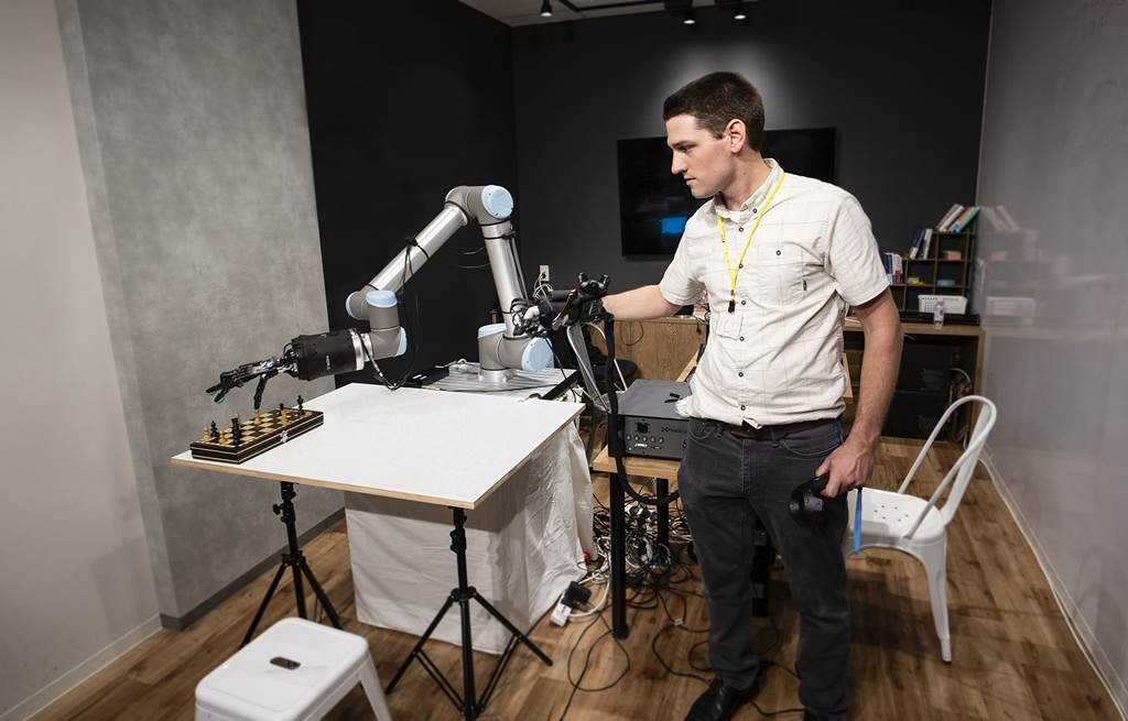 World first's Haptic Robot that can transmit touch 1